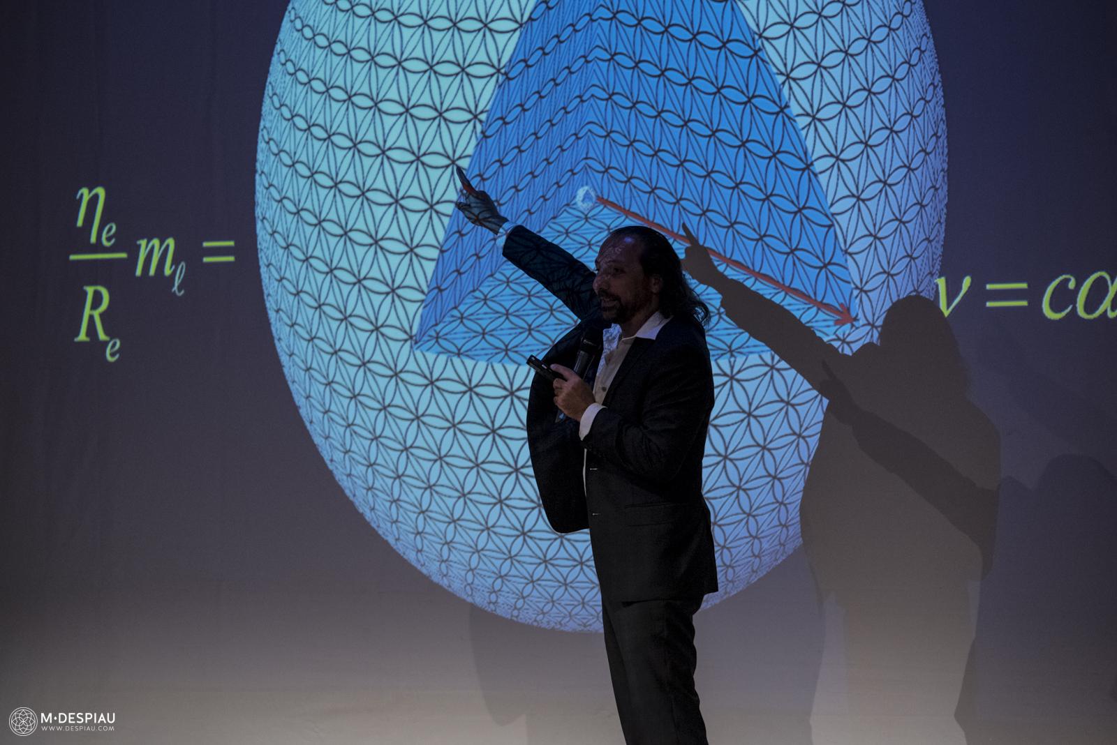 La Solution de masse holographique et la Source de la Conscience - Conférence de NASSIM HARAMEIN